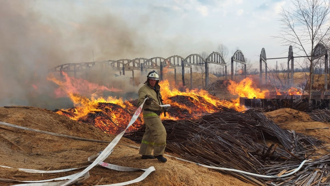 Свыше 17 часов огнеборцы Еврейской автономии работают на тушении крупного пожара в Биробиджане