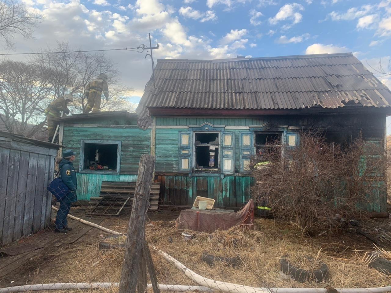 Возможный поджог дома с хозяйкой расследуют в Облученском районе