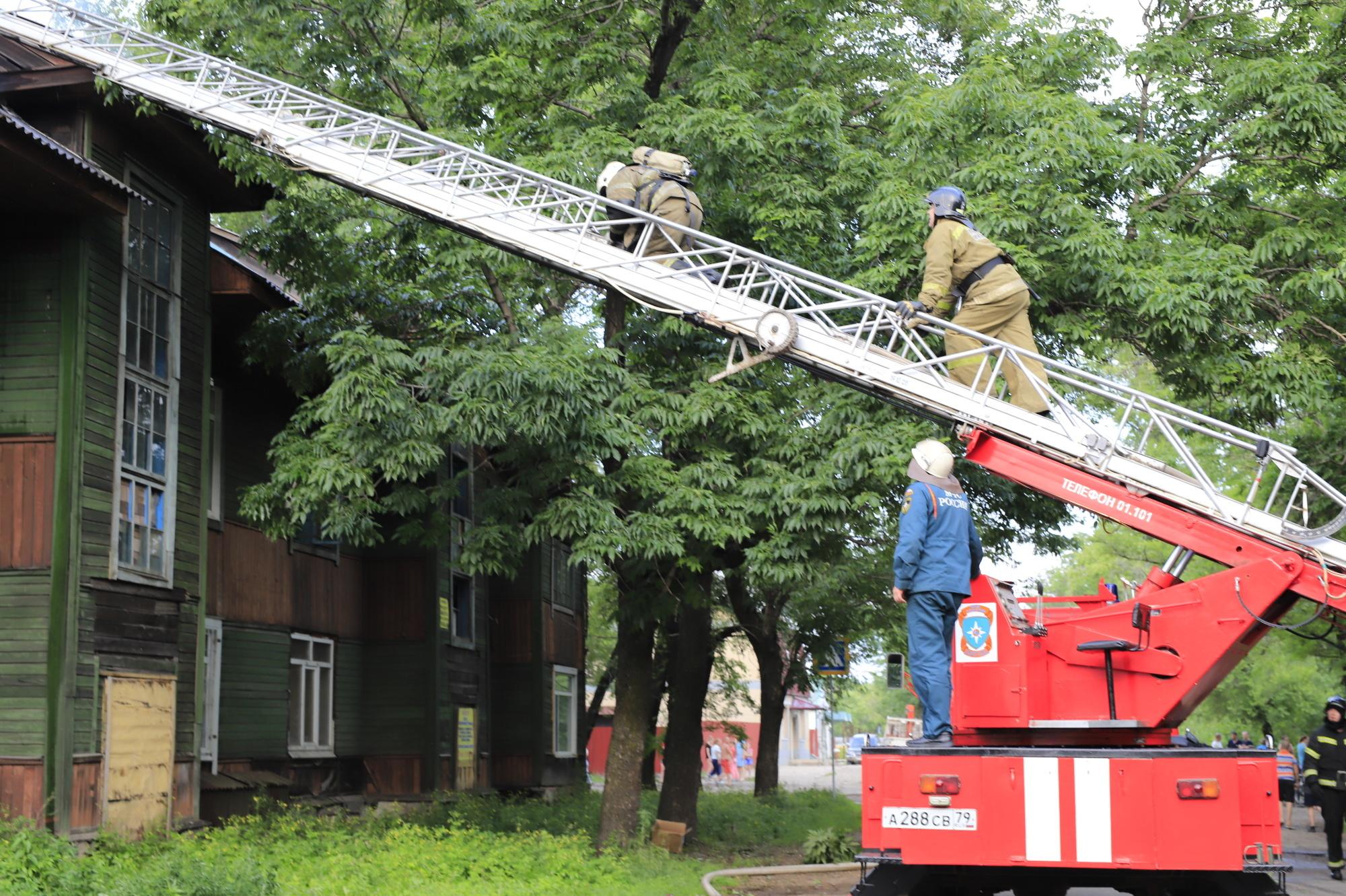 Биробиджанские огнеборцы выехали на тушение крыши деревянной двухэтажки