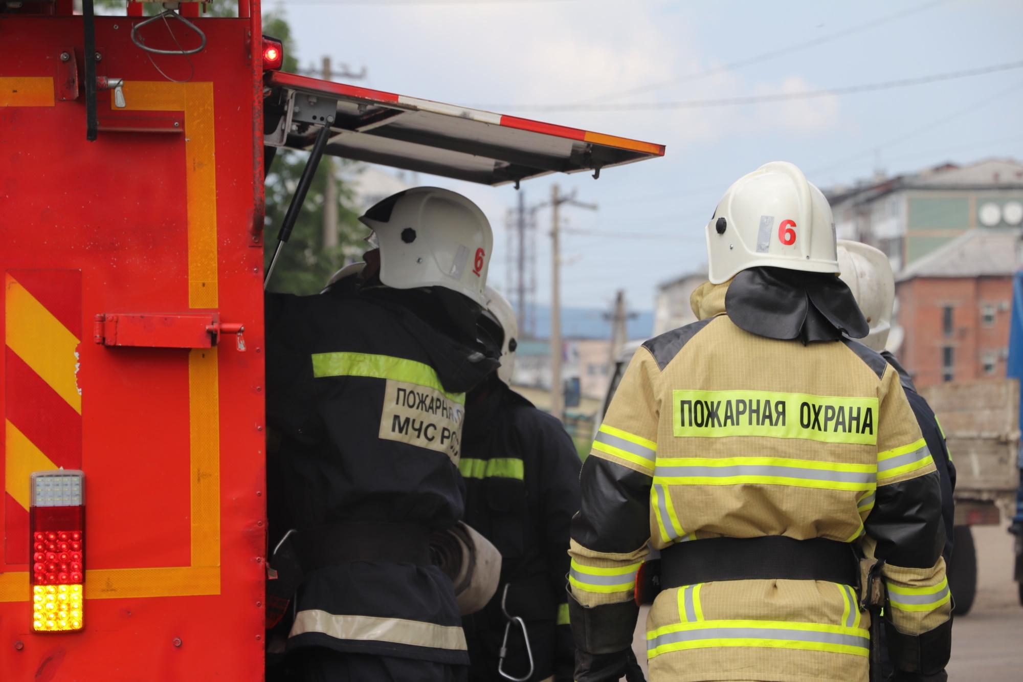 Загоревшийся поздним вечером автомобиль спасали огнеборцы в Облучье